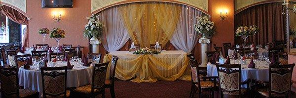 Оформление зала в золотом цвете