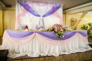 Оформление стола молодоженов розовым и фиолетовым цветом