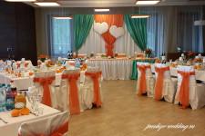 Свадебный зал оформленный оранжевыми тканями
