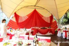 Свадебная веранда оформленная красными тканями