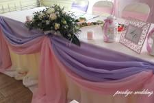 Стол молодоженов оформленный тканью и цветами