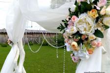 Искуственные цветы на арке