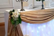 Декор стола молодоженов золотой тканью