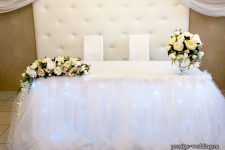 Оформление свадебного стола цветеами