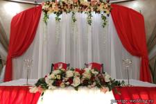 Стол молодоженов в алом цвете