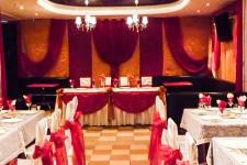 Оформление стола молодоженов красным и золотым цветами