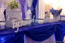 Оформление стола молодых в синем цвете