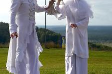 Мимы на ходулях на встрече гостей