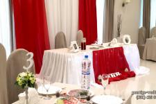 """Президиум молодожёнов в красном цвете в ресторане """"Камелот"""""""