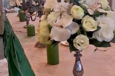 Вазы с белыми цветами на столе молодых