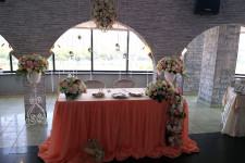 Искуственные цветы в оформлении президиума на свадьбу