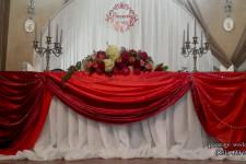 Алый и бордо в драпировке стола на свадьбу