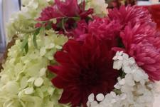 Садовые цветы на столах гостей на свадьбе
