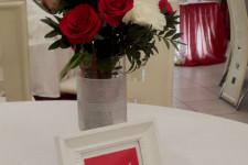 Красивый букет на стол гостей на свадьбу в красном цвете