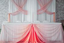 Оформление стола молодоженов розовым цветом