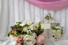 Декор свадебного стол сиреневым цветом