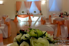 Свадебный зал оформленный персиковым цветом