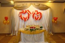 Оформление тканью задника и президиума свадебного стола